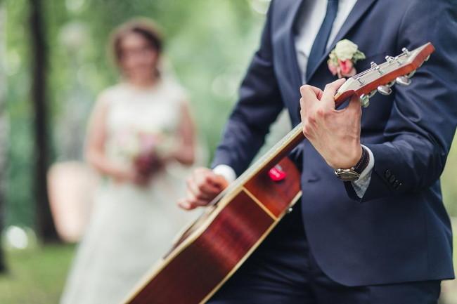 結婚式の余興にギター演奏がおすすめ!楽曲の選び方を紹介
