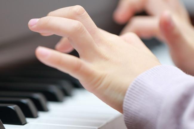 指を独立して動かすためのトレーニング法やコツを紹介